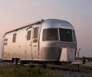 puzzel Aanhangwagen of caravan te reizen. Stacaravan, gesloten aanhangwagen die omlaag door een ander voertuig getrokken