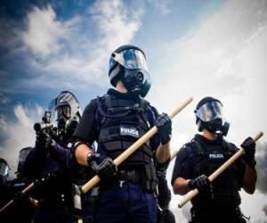 puzzel Agenten van de oproerpolitie met een stok in de hand