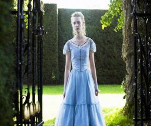 puzzel Alice (Mia Wasikowska) een jonge 19 jaar oud, het invoeren van de Victoriaanse huis waar hij woonde in zijn jeugd
