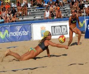 puzzel Beach Volleybal - Speler van het opslaan van een bal in de ogen van zijn metgezel