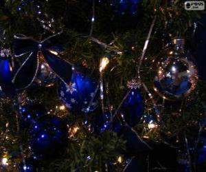 puzzel Blauwe ballen versieren van een kerstboom