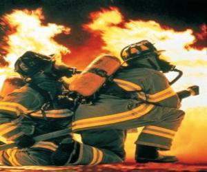 puzzel Brandbestrijder met een knie op de vloer en slang klaar