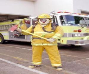 puzzel Brandweerman volledig uitgerust met de bijl in zijn hand tegen de vrachtwagen