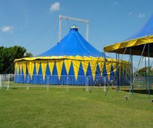 puzzel Buiten mening van een circus tent of de grote tent klaar voor de functie of prestatie