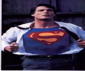 puzzel Clark Kent steeds Superman met zijn rode en blauwe uniform om te vechten voor rechtvaardigheid