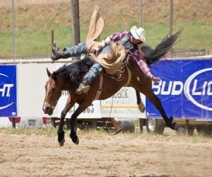 puzzel Cowboy paardrijden een steigerend paard op een rodeo