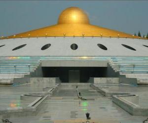puzzel De Dhammakaya Cetiya is een symbool van vrede in de wereld door middel van innerlijke vrede in een boeddhistisch heiligdom park en gelegen in Thailand