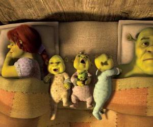 puzzel De familie van Shrek, Fiona en drie jonge ogres in bed.