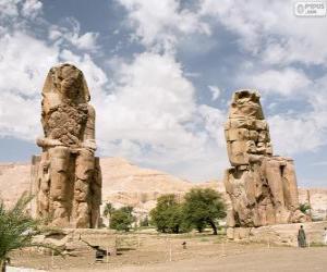 puzzel De Kolossen van Memnon stenen beelden vertegenwoordigen de farao Amenhotep III, Luxor, Egypte