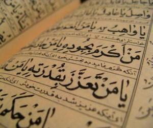 puzzel De Koran is heilig boek van de islam, bevat het woord van Allah heeft geopenbaard aan Zijn Profeet Mohammed