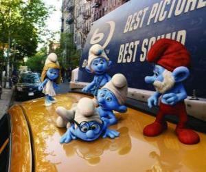 puzzel De Smurfen op het dak van een taxi