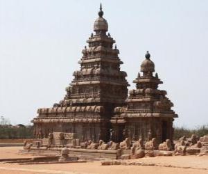 puzzel De tempel van de kust kijkt uit over de Baai van Bengalen en is gebouwd met blokken van graniet, Mahabalipuram, India