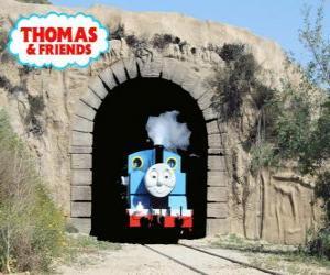 puzzel De vriendelijke stoomlocomotief Thomas die uit de tunnel