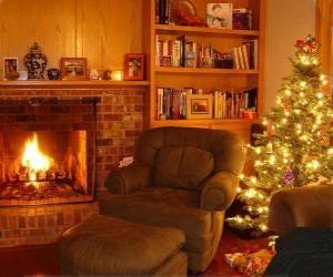 puzzel De woonkamer van een huis op kerstnacht op het vuur en de boom met giften