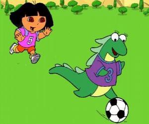 puzzel Dora voetballen met haar vriendin Isa de leguaan