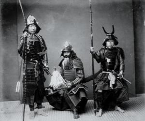 puzzel Drie authentieke samurai krijgers, met het pantser, de helm Kabuto en gewapende