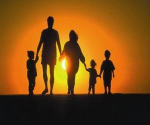 puzzel Familie, vader, moeder en kinderen lopen in de schemering tre