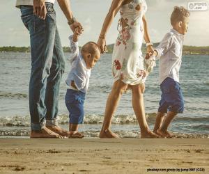 puzzel Familie wandelen langs het strand