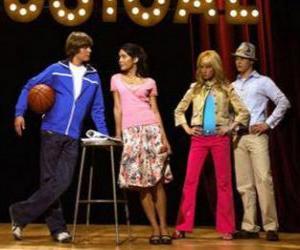 puzzel Gabriella Montez (Vanessa Hudgens), Troy Bolton (Zac Efron), Ryan Evans (Lucas Grabeel), Sharpay Evans (Ashley Tisdale) in het scenario