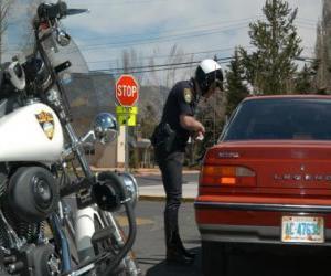 puzzel Gemotoriseerde politie agent met zijn motor en legde een boete op een bestuurder