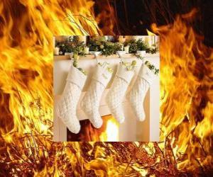 puzzel Het vuur brandt op kerstavond met sokken opknoping