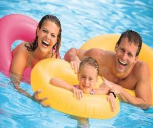 puzzel Jong stel met hun dochter in het zwembad