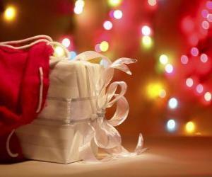 puzzel Kerst cadeau verpakt in wit papier en versierd met een strikje