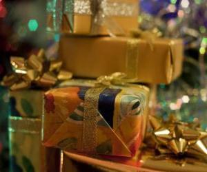 puzzel Kerst cadeaus met decoratieve banden