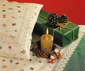 puzzel Kerst kaars branden, samen met andere kerstversieringen