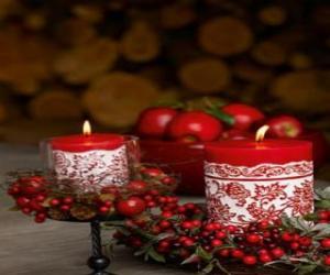 puzzel Kerst kaarsen verlicht en versierd met rode bessen
