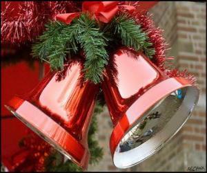 puzzel Kerst klokken met een grote boog en spar bladeren