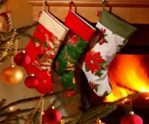 puzzel Kerst sokken met decoratie en opknoping op de muur van de schoorsteen