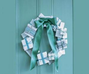 puzzel Kerstkrans gemaakt van kartonnen dozen en stropdas