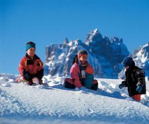 puzzel Kinderen genieten van de kerstvakantie, spelen in de sneeuw