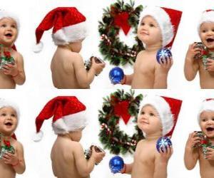 puzzel Kinderen met de kerstman hoeden en spelen met kerstversieringen