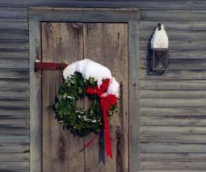 puzzel Krans van Kerstmis hing in de deuropening van een huis