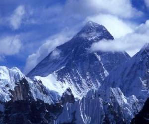 puzzel Landschap van hoge bergen met besneeuwde toppen