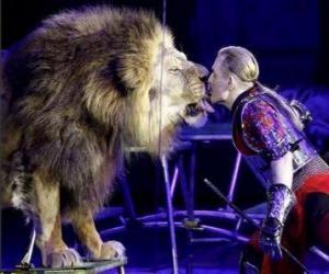 puzzel Leeuw met zijn trainer met een zweep in zijn handen