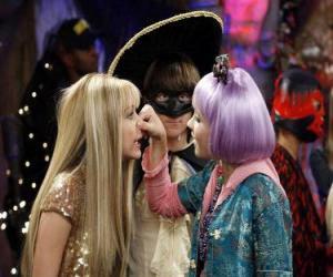 puzzel Lilly drukt zijn neus naar Hannah Montana op de waakzame ogen van Oliver.