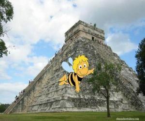 puzzel Maya de Bij in de voorkant van een Maya-tempel