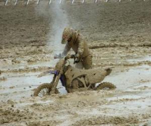 puzzel Motorfiets uithoudingsvermogen gevangen in de modder