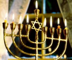 puzzel Nine-vertakte kandelaar met brandende kaarsen, een Hanukiah gebruikt bij de viering van Chanoeka