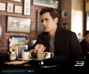 puzzel Peter Parker, zorgvuldig zitten in een New York cafetaria