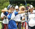 Boogschieten - Archer te wijzen op de doelstelling in de open lucht