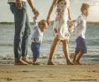 Familie wandelen langs het strand