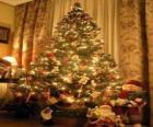 Kerstboom versierd met sterren, gekleurde ballen en snoep stokken