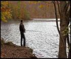 - Vissers in de rivier actie in een bosrijke landschap
