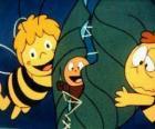 Maya en Willy het helpen van een worm