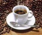 Kopje koffie met schotel en lepel