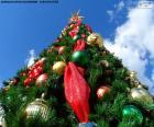 Kerstboom met ballen en sterren en met een grote verlichte ster op top